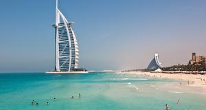 Burj al Arab hotel, ett av världens lyxigaste hotell, står på en skapad ö.