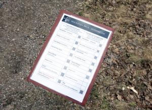 Från och med i dag finns de här skyltarna på flera ställen i bruksmiljön. På skyltarna finns QR-koder som innehåller berättelser om bruket. Bara att skanna koderna som börjar berättarrösten.