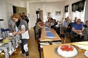 Sommarfika. Innan ärendelistan på kommunfullmäktigemötet började så bjöds ledamöterna på sommartårta. Foto: Tove Svensson