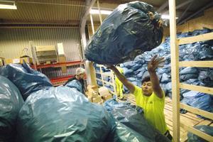 Kasse efter kasse lastas vidare. Totalt har Hudiksvallsborna samlat in cirka 20 ton återvinnbart tygmaterial sedan maj.