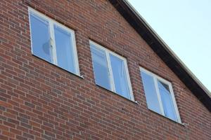 På många fönster är det sprickor och trasigt glas som inte blir åtgärdarde.
