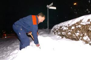 Håkan Ryman grävde fram en vattenpost för att kunna leda om vattnet förbi läckan.
