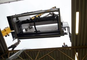 En kantpress, på 28 ton, på väg att lyftas in genom takhålet hos Pepab Produktionspartner. Det ser kanske komfortabelt ut, men det var inte många centimetrar till godo på längden.