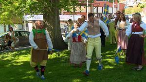 Deltagarna firar Sveriges nationaldag med pompa och ståt.