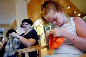 För tioåriga Julia Löthgren var det den första Världsstickdagen. Den ägnade hon att åt att koncentrerat virka sig en mössa, rutorna till solidaritetspläden får vänta till nästa år.