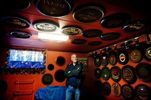 Jan-Erik Biwall har även en diger samling lock från öltunnor.BILD: JONAS ERIKSSON
