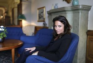 Den franska författaren Nina Bouraoui är aktuell på svenska med boken