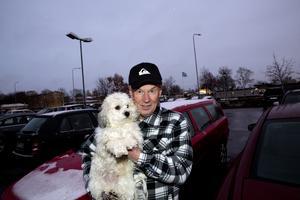KRITISK. Stellan Carlhed, 67, tycker att det är konstigt att bilbränderna bara fortsätter. Foto: Per G Norén
