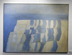 """""""I dag är luften blå"""". Svindlande skön klippformation av Hans Hedenström. Visas på minnesutställningen i Sandvikens konsthall."""