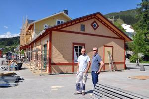 Tony Sjöqvist och Per-Åke Kristiansson har känt varandra i över 30 år och det var helt logiskt att Tony skulle få huvudansvaret för att måla och fräscha upp den byggnadsminneförklarade stationsbyggnaden.