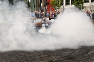 Publikmagnet. Pelle Eriksson från Sala Racing Park showade med sin bil under Midnattsolsrallyts sista dag.