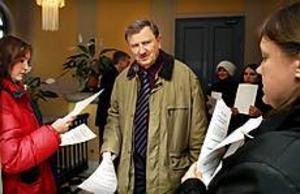 Foto: GUN WIGH Kampanj. Roland Ericsson, c, var en av politikerna som på måndagen uppvaktades av Mari Östergren och Tina Anderson-Aldén från Ida-projektet.