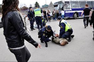 Slagsmålet utbröt vid 15-tiden när många av de norska ungdomarna hunnit bli rejält berusade. Poliserna fick brotta ner slagskämparna för att få ordning på situationen.