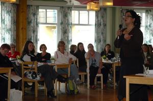 Inspiration. Shori Zand uppmanade invandrarkvinnor som vill starta eget att lära sig svenska regler och värderingar. Att inte jobba direkt från hemmet som är vanligt i många andra länder, utan att registrera sin firma. Jobba hårt några år så kan ni nog skörda framgångar menade hon.