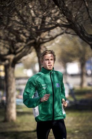 Rasmus Grelsson är bara inne på sin andra säsong som långdistanslöpare – ändå är han redan en av länets allra vassaste. Sommarens stora mål är SM på 5000 meter i augusti men redan i helgen hoppas han stå på startlinjen i Arlajoggen.