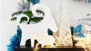 Pynta med blå julsaker som omväxling. Julbocken, granen och girlangerna kommer från Ica Home.