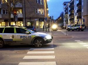 Det dröjer med åtal efter jätteslagsmålet i centrala Gävle på påskafton då två män knivskars och en av dem höll på att dö.