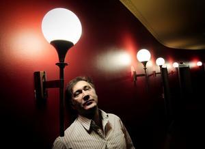 Tio år på svenska scener. Iso Porovic, skådespelare och även biträdande teaterchef hos Scenkonstbolaget, firar som Spöket på Canterville.