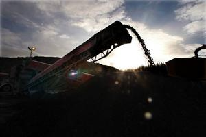 Varje dag tillverkas mellan 400 till 500 ton sandningsgrus.Foto: Jan Andersson