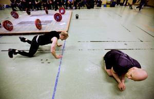 Mathias Lindberg har bara provat CrossFit en gång tidigare, innan han deltog i klubbmästerskapet. - Det är en tunn linje mellan geni och galenskap. Just nu känns det som jag vill gå hem, flämtar han när det första passet är till ända.