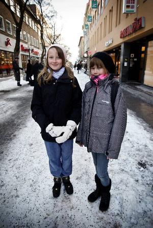 Johanna Hjelm till vänster och Tilda Jönsson är båda 11 år, bor på Frösön och går i 5:an på Östbergsskolan. De gillar fisk och tycker att de äter det ganska ofta.– Typ en gång varannan vecka, säger Johanna.– Varje vecka kanske man inte äter fisk. Men det blir en gång i veckan i genomsnitt, säger Tilda.Hon föredrar kött framför fisk och säger att fläskfilet är en av hennes favoriträtter. Men Johannas favoriträtt är en fiskrätt.– Sushi. Det smakar bra.Fredrik Andersson från Fjäl i Lit och David Boström från Torvalla är båda 13 år gammal. De går i 7:an på Prolympia i Stadsdel Norr och berättar att det i skolan är fisk en gång i veckan, minst. Och de gillar fisk lika mycket som de gillar kött.– Lax mest, och rödspätta och torsk, nämner Fredrik som sina favoritfiskar.– Torsk, abborre och lax, väljer David.Och utifrån undersökningen säger de att det bara är att fortsätta med fiskätandet.