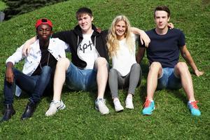 Alby Bonsange, Johan Gustafsson, Dinah Karsbo och Edward Sigfridsson går alla på gymnasiet. De är alla sportintresserade Alby och Dinah spelar fotboll, Johan åker alpint och Edward spelar bandy.