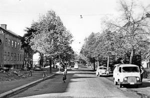 Rudbecksgatan mot väster från Fabriksgatan på 1950-talet. Man kan på bildens mitt ana järnvägsövergången innan den nuvarande tunneln byggdes 1958. Här låg också en i artikeln omtalad mindre järnvägsanhalt mellan 1881 och 1897. Bilden är hämtad från Sällskapet Gamla Örebros bildarkiv, Arkivcentrum Örebro län.