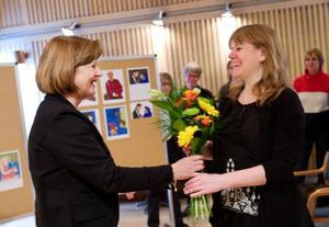 Länsbiblio- tekets chef Bodil Köpsén överlämnade blommor och prispengar.