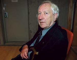 Tomas Tranströmer, samlad vid 80, med sina tre första diktsamlingar.