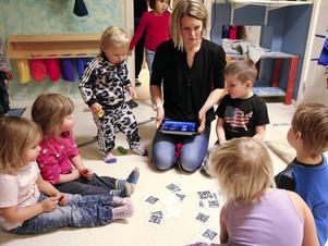 Ida Nordvall, IKT-pedagog i Kramfors kommun, tillsammans med barn på Kaptenens förskola.