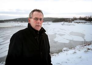 Motorbåtsklubbens ordförande Ture Forsell vid den plats där Projekt Marina 2015 planeras växa fram steg för steg.