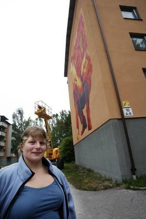 – Jag tycker målningarna är upplyftande och gör stadsdelen unik, säger Isa Nordin Blom.