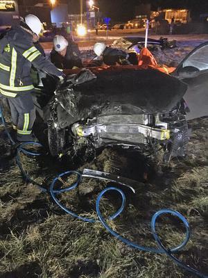 Båda olycksbilarna blev helt demolerade vid den våldsamma kollisionen.