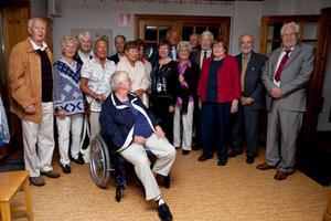 För några veckor sedan publicerade vi en bild på sju studenter från Falu Högre Allmänna Läroverks avgångsklasser 1950, som känt varandra i minst 70 år. Den riktiga gruppbilden från 62,5-årsjubileet missade vi dock - den med alla deltagarna från träffen som arrangerades av Margit Lenman och Gunnar Erkes i Gagnef och som bland annat omfattade middag på bygdegården Stuggu och biltur till Västtjärnslindans fäbod. Den får ni nu i stället: Från vänster: Jan-Erik Holmsved (Johansson), Lisbet Anvill (Högberg), Ulla Britt Tysklind, Elisabeth Pålsson (Zander), Per Gezelius, Ulla Kristensson (Wallenström), skymd Maria Lindqvist (Maja-Lisa Arnö), Gitt Rosander Gerhardsson (Rosander), Gunnar Erkes (Olsson), Ulla Blomberg (Andersson), Göran Andersson, Stig Daniels, Margit Lenman (Bäver), Ingemar Nåsell (Matsson) och Lars Lind. I förgrunden Kerstin Lundgren. Saknas på bilden gör Ulla Brauner (Augustinsson).