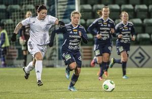 Selångers Angelica Lindholm Forsell försöker fånga in SDFF:s Amanda Månsson.