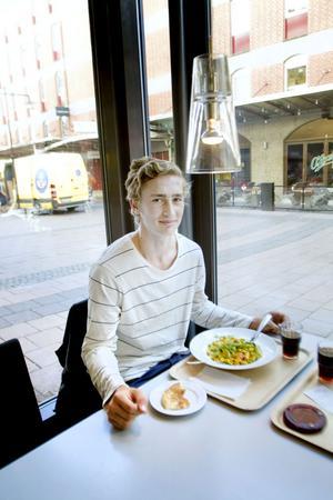 Daniel Oliversson, 18 år, säger även han att han inte funderar över huruvida maten är lokal eller inte.