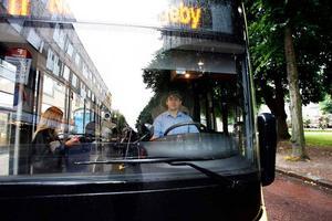 """När Nobina skötte stadstrafiken förekom delade turer. Bussförare började tidigt och var sedan ledig några timmar mitt på dagen innan kvällspasset. När Stadsbussarna tog över i mitten av juni i år avskaffades detta. Erduan Salievski är i dag chaufför för Stadsbussarna, men jobbade innan dess fyra år för Nobina. Han tycker inte att det var så jobbigt med delade turer. """"För mig spelar det ingen roll, jobb är jobb"""", säger han men tillägger ändå att schemat är bättre nu för tiden."""