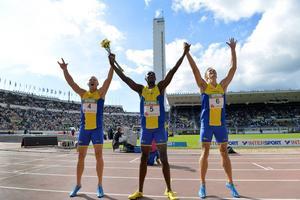 Johan Wissman, Nil de Oliveira och Joel Groth jublar under fjolårets Finnkampen. Nu ställs sprintertrion mot varandra på 100 meter i SM.