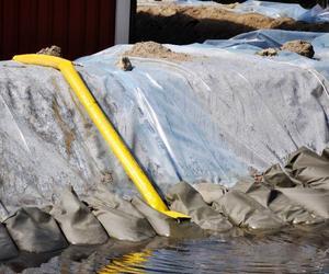 Sedan i fredags har pumpar sett till att hålla det vatten som trängt genom sandvallarna borta.