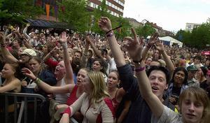 2003. På Stationsgatan är det fullt av människor när festivalen firar fem år.