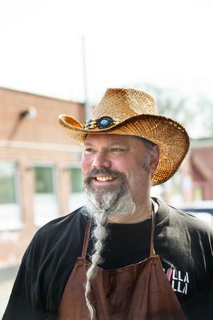 Hatten är en del av Sheriff Roy. När han sjunger han har vita cowboyhattar.  Den goda sidan i westernfilmerna har alltid ljusa och skurkarna mörka hattar.