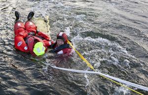Det fysiska testet som krävs är att kunna simma 200 meter i överlevnadsdräkt – men det är inte på tid. Foto: Magnus Lundberg Hansson