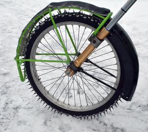 Ett antal 28 millimeter spik sitter fast på däcket. Dylika däck går inte att köpa - vill man köra isracing får man köpa vanliga däck och göra i ordning dem själv.