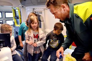 Alby skolas F-1:or på besökinne i en av Ånges ambulanser, där de bland annat fick kontrollera sitt blodtryck.