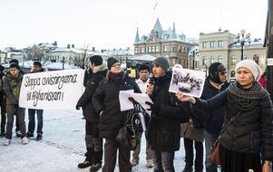 Reza Payandeh var en av dem som höll tal på Stora torget. Till höger om honom Masumah Mohammad som också deltog vid manifestationen.