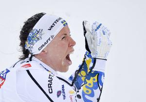 Charlotte Kalla jublar efter att ha vunnit guld i 10 km fristil vid skid-VM i Falun 2015. Hon lyckades bäst av alla svenskar och vann fyra medaljer: Ett guld, ett silver och två brons.