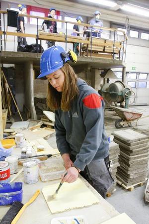 Lotten Johansson går på byggprogrammet och har därmed möjligheter till jobb på hemmaplan efter avslutad gymnasietid. Strömsund behöver fler liknande hoppingivande utbildningar och en ny målbild för framtiden.