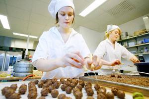 Mikaela Prestjan och Linnéa Andersson lär sig grunderna i hur man gör perfekta praliner med päronkonjakstryffel. Foto: Henrik Flygare
