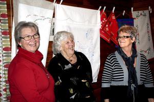 Säljer handarbete. Märtha Bergkvist, Inga Käller och Monica Mogren säljer det handarbete som damerna i supporterklubben skapat under det gångna året.