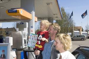 Överraskade. Hans och Karin Zetterholm med sonen Theo fick en positiv överraskning när de svängde in för att ta ut pengar på macken.